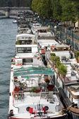 Barco de crucero en el río sena en parís — Foto de Stock