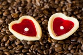 Two sweet hearts and coffe beans — Stock Photo