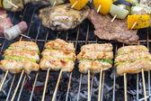 Churrasco com deliciosos grelhados de carne e legumes na grelha — Fotografia Stock
