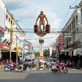Statue of Neanderthal man in Krabi town — Stock Photo