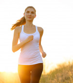 Young Beautiful Woman Running on the Trail in the Morning — Stock Photo