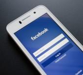 ZAPORIZHZHYA, UKRAINE - NOVEMBER 07, 2014: White Smart Phone with Facebook Social Network Log In Screen on the Black Table. — Fotografia Stock