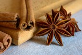 Star Anise and Cinnamon Sticks on Wooden Board — Stock Photo