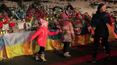 Ukrainians marking the first year anniversary of the escalated violence in Maidan — Stock Video