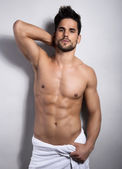 Handsome young bodybuilder showing of his fit body — Stockfoto