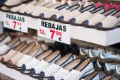 Shoes with a discount price tag — Stock Photo