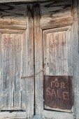 "Old door with handwriten ""for sale"" — Stock Photo"