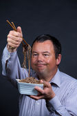 Man has Trouble with chopsticks — Stock Photo