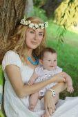 母亲抱着婴儿的 — 图库照片