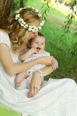 妈妈亲吻宝宝 — 图库照片