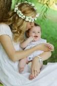 Mamma kysser baby — Stockfoto
