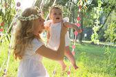 Mor och barn utomhus — Stockfoto