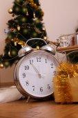 Julgran med klocka — Stockfoto