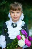 女生的绿色背景上的花朵的肖像 — 图库照片