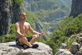 ロータスの位置で瞑想の男 — ストック写真