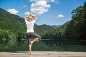 Frau meditiert in der natur — Stockfoto