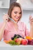 Woman eating heathy breakfast — Stock Photo