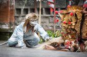 12 月インドネシア ・ バリ島、24,2014: バロンダンス ショー、見本市会場 — ストック写真