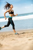 Sportswoman running outdoors on blue sea — 图库照片