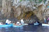 Tourists in small boats waiting to enter the Blue Grotto on Capr — Stockfoto