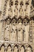 Statues to the left of the Portal of the Virgin, Notre Dame cath — Stock Photo