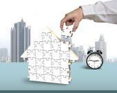 Finishing house shape puzzles assembling — Stockfoto