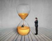 Boss oversee man flooded in hourglass — Foto de Stock
