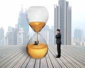 Man oversee businessman flooded in hourglass — Stock fotografie