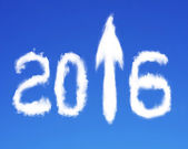 2016 стрелка вверх знак формы белые облака на голубое небо — Стоковое фото