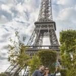 Couple taking slefie near Eiffel Tower — Stock Photo