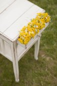 Old vintage table and flowers — Stockfoto