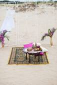 Wedding table arrangement of lounge rest zone desert sand of Morocco stile. Fresh grapes near the salver with apples and pears — Stock Photo