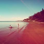 Crianças brincando na praia — Foto Stock