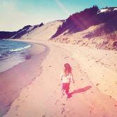 Little girl runs on beach — Stock Photo