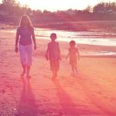 Mother and children walking on beach — Fotografia Stock