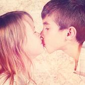 Para dzieci całowanie — Zdjęcie stockowe