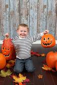 Söt liten pojke med pumpor — Stockfoto