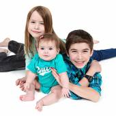 Boy and girl holding baby girl — Stockfoto