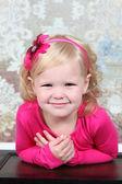 ビンテージ胸に圧力をかけて小さな女の子 — ストック写真