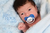 Baby boy lying nipple on towel — Stockfoto