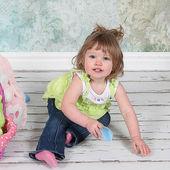 Malá holčička hraje ve studiu — Stock fotografie