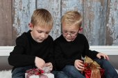 Two cute little boys with gifts — Stock Photo