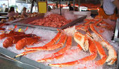 Delicious lobsters, crabs at fish market — Stock Photo
