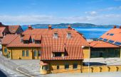 Yellow houses with tile roofs in Bergen, Norway — Stock Photo