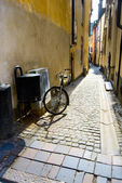 Parked bicycle in narrow street, Stockholm — Stock Photo