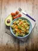 アボカドとトマトのパスタ — ストック写真