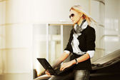 Fashion business woman with laptop on the car parking — Foto Stock