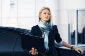 Mulher de negócios de moda com o laptop sobre o estacionamento de carro — Fotografia Stock