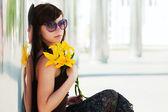 Грустно моды молодая женщина с цветами — Стоковое фото