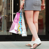 Frauenhänden ein shopping taschen — Stockfoto